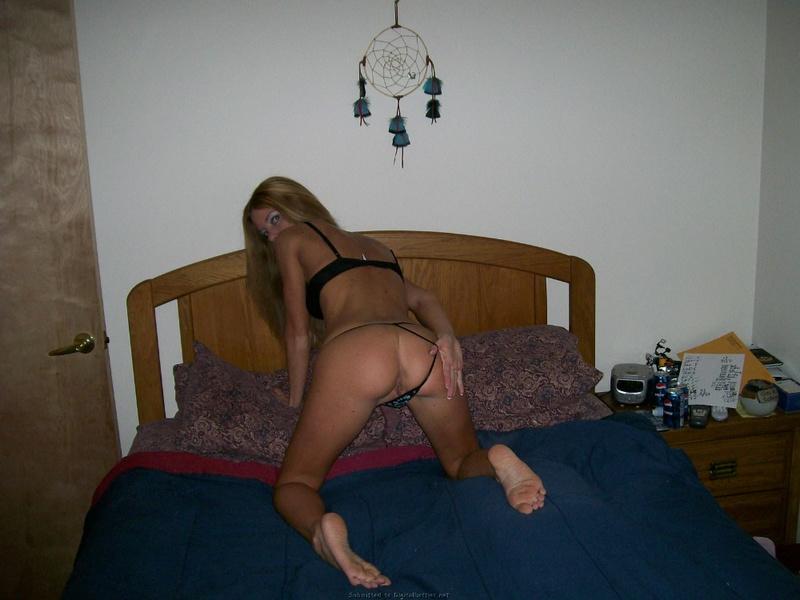 Худая фифа вторгается во влагалище секс игрушкой