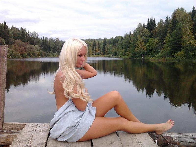 Блондинка в одних трусиках отдыхает на озере