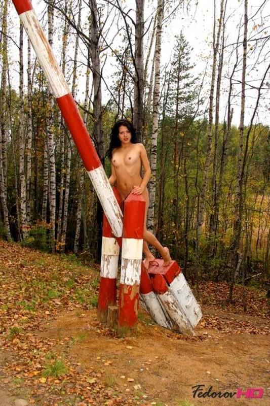 Модель показывает прелести в осеннем лесу