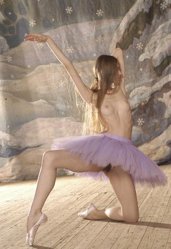 Тощая балерина с волосатой промежностью