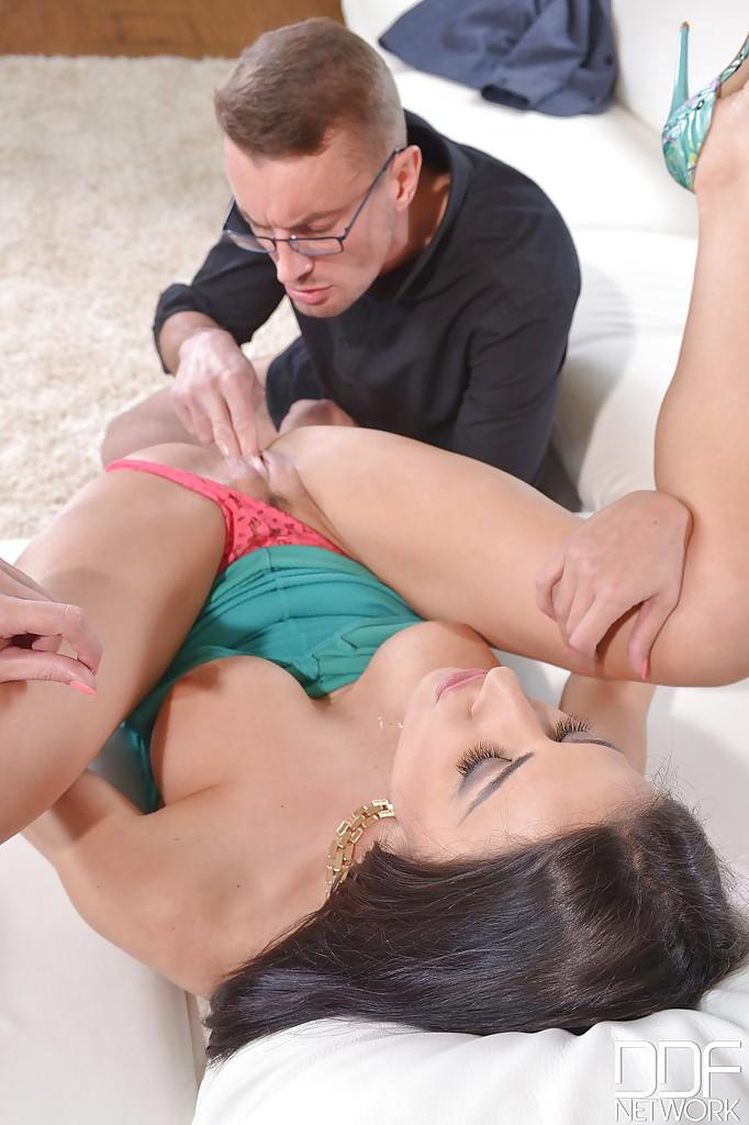 Стильная дамочка любит сосать и получать пенис в попку